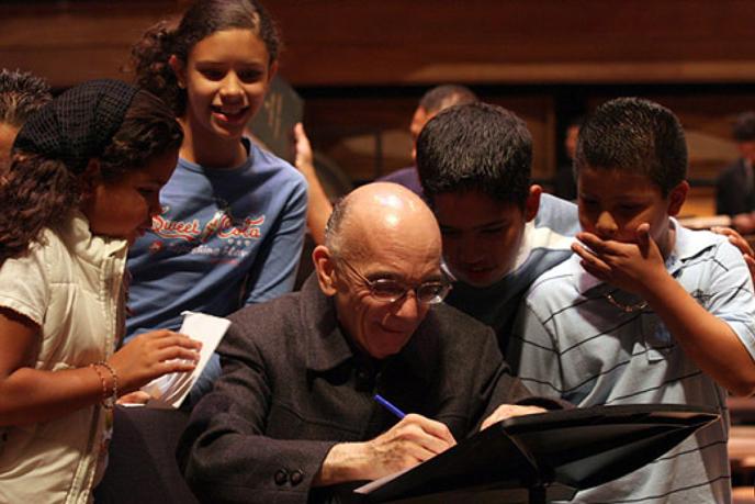 José Antonio Abreu : « L'aspect le plus misérable et le plus tragique de la pauvreté n'est pas le manque de pain ou d'un toit ; c'est le sentiment de n'être personne, le manque d'identification, le manque d'estime de soi. C'est pour cela que le développement de l'enfant dans l'orchestre et dans le choeur lui donne une identité noble et fait de lui un modèle pour sa famille et sa communauté. Il travaille mieux à l'école car cela lui inspire un sens de responsabilité, de persévérance et de discipline qui l'aide énormément. »
